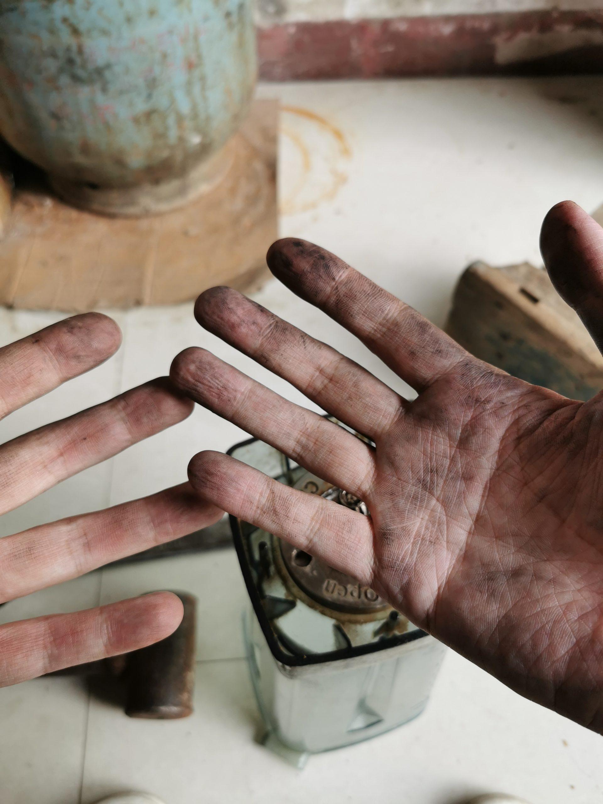 一张高难度的自拍——全是灰的手